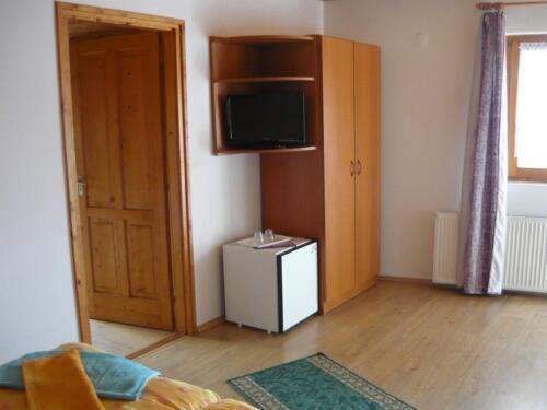 Szegfű családi szoba - TV, hűtő